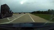 Cet automobiliste bloqué par un camion en s'insérant sur l'autoroute part en tête-à-queue