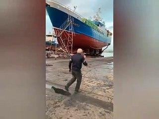 Chute d'un bateau en réparation