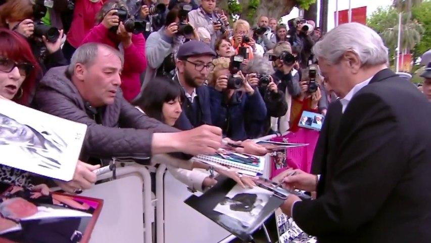 L'accueil d'Alain Delon par tous ses fans juste avant sa montée des marches - Cannes 2019