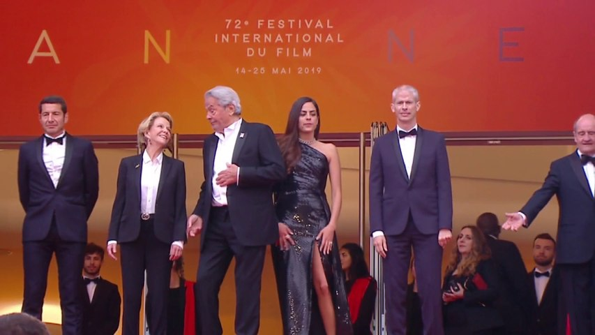 La montée des marches d'Alain Delon accompagné par sa fille Anouchka Delon - Cannes 2019