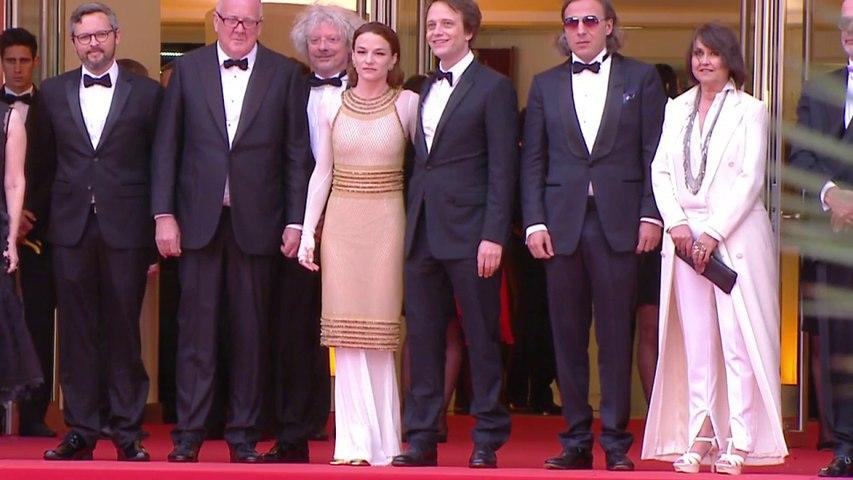 La montée des marches de l'équipe du film d'Une vie cachée de Terrence Malick - Cannes 2019