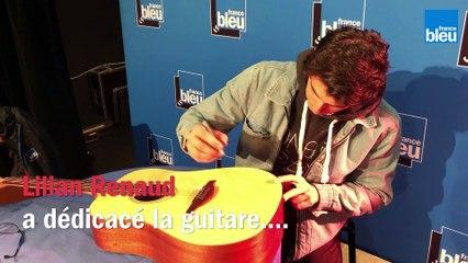 Lilian Renaud dédicace la guitare à gagner sur France Bleu Besançon