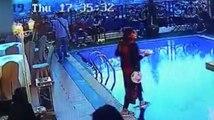 Önüne Bakmayan Kadın, Elindeki Tabaklarla Beraber Havuza Düştü
