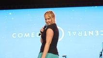 Amy Schumer remonte sur scène deux semaines après la naissance de son fils