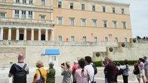 Grèce: des anarchistes lancent de la peinture sur le Parlement