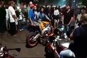 Il fait monter 2 filles sur sa moto mais ça finit mal !