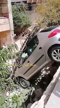 شاهد سيارة تقودها فتاة تقفز إلى داخل حديقة منزل بحلب (فيديو)