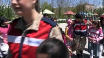 Kadın askerler köy çocuklarının oyunlarına ortak oluyor - MUŞ