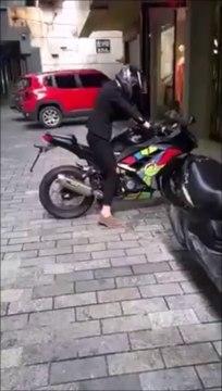 Ce motard tente un gros burn devant une vitrine et va le regretter
