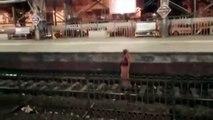 Cette femme marche sur la voie quand un train arrive en gare !