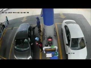 Cámaras graban el momento en que un despachador de gasolina es asaltado y le disparan