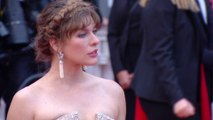 Milla Jovovich scintille sur le tapis rouge - Cannes 2019