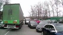 Un camion emporte une voiture dans un virage et ne se rend compte de rien