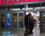 A cosplay Godzilla goes to the cinema to see Godzilla 2 King Of The Monsters !