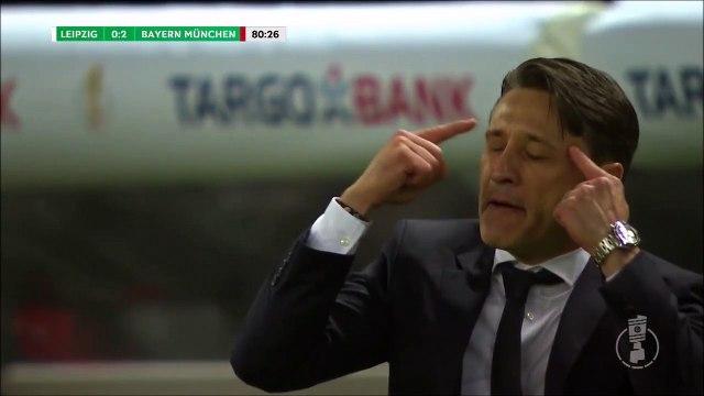 Niko Kovac comically pokes himself in the eye!