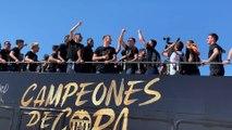 """Los jugadores del Valencia CF cantan """"campeones, campeones"""""""