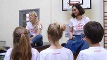 La chanteuse Angèle et la fondation KickCancer rencontrent des élèves à Ixelles