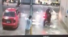 Ce motard n'aurait pas dû jouer à la station de lavage !