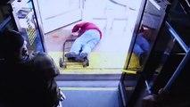 Une femme tue un homme de 75 ans en le poussant hors du bus