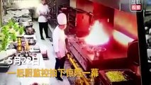 Un Chef jette un drap pour éteindre un départ de feu dans sa cuisine !?!