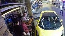 Une Lamborghini sans conducteur fini dans la terrasse d'un café !