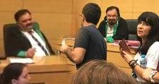 Avukatın etek boyuna karışan hakim gelen tepki sonrası sakalını kesti