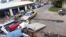 Ce cascadeur saute une pile de déchets avec sa voiture... Fou