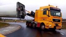 Transport d'une éolienne sur la route la camion est impressionnant
