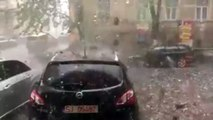 Des grêlons géants tombent du ciel pendant un orage impressionnant en Roumanie !