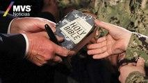 Un marinero de Estados Unidos entrega su Biblia al presidente Donald Trump para que se la autografíe