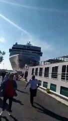 Un navire de croisière réalise un acccostage périlleux