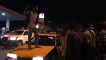 il monte sur les voitures devant les policiers