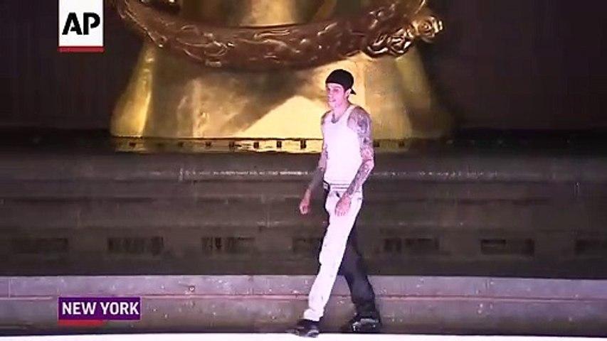 Màn catwalk hài hước nhất showbiz của bạn trai cũ Ariana Grande | Godialy.com