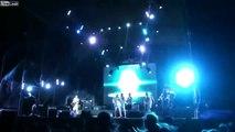 Une tempête interrompt un festival de musique en soulevant la scène en plein concert
