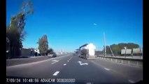 Un routier en colère pousse volontairement une voiture dans le fossé