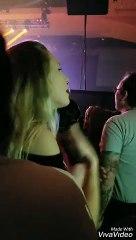 Une fille signe les paroles d'une chanson pendant un concert