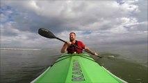 Ce kayakiste va se faire croquer sa rame par un requin