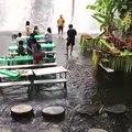 Dans ce restaurant vous pouvez  manger les pieds dans l'eau en face d'une cascade