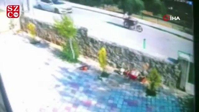 Motosikletli çocukları otomobiliyle kovaladı, o anlar kameraya yansıdı