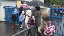 Lorient. « C'est dur pour les enfants comme pour nous », émotion des parents devant l'école Jean-de-la-Fontaine