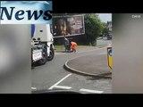 Un camionneur aide une vieille dame à traverser la rue