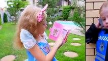 Nastya faire semblant de jouer avec un jouet de chat poupées enfants