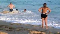 Il essayent de sortir une femme des courants des vagues à la plage !