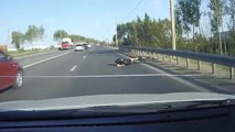 Un cycliste fait une chute juste devant une voiture qui roule à 70 km/h