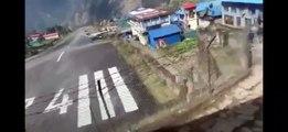 Un avion au décollage vient percuter un hélicoptère au Népal !