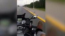 Se graba conduciendo con los pies a 100km/h y muere