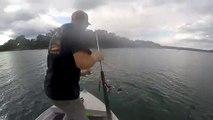 Pêcheur : il tombe à l'eau tiré par le poisson au bout de la canne à pêche !