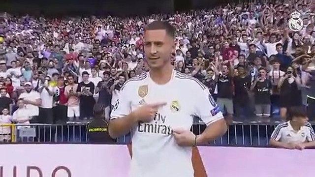 Hazard besa el escudo del Real Madrid durante su presentación