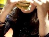 Damia au Macdo qui mange son Hamburger ak un peu d'mal X)