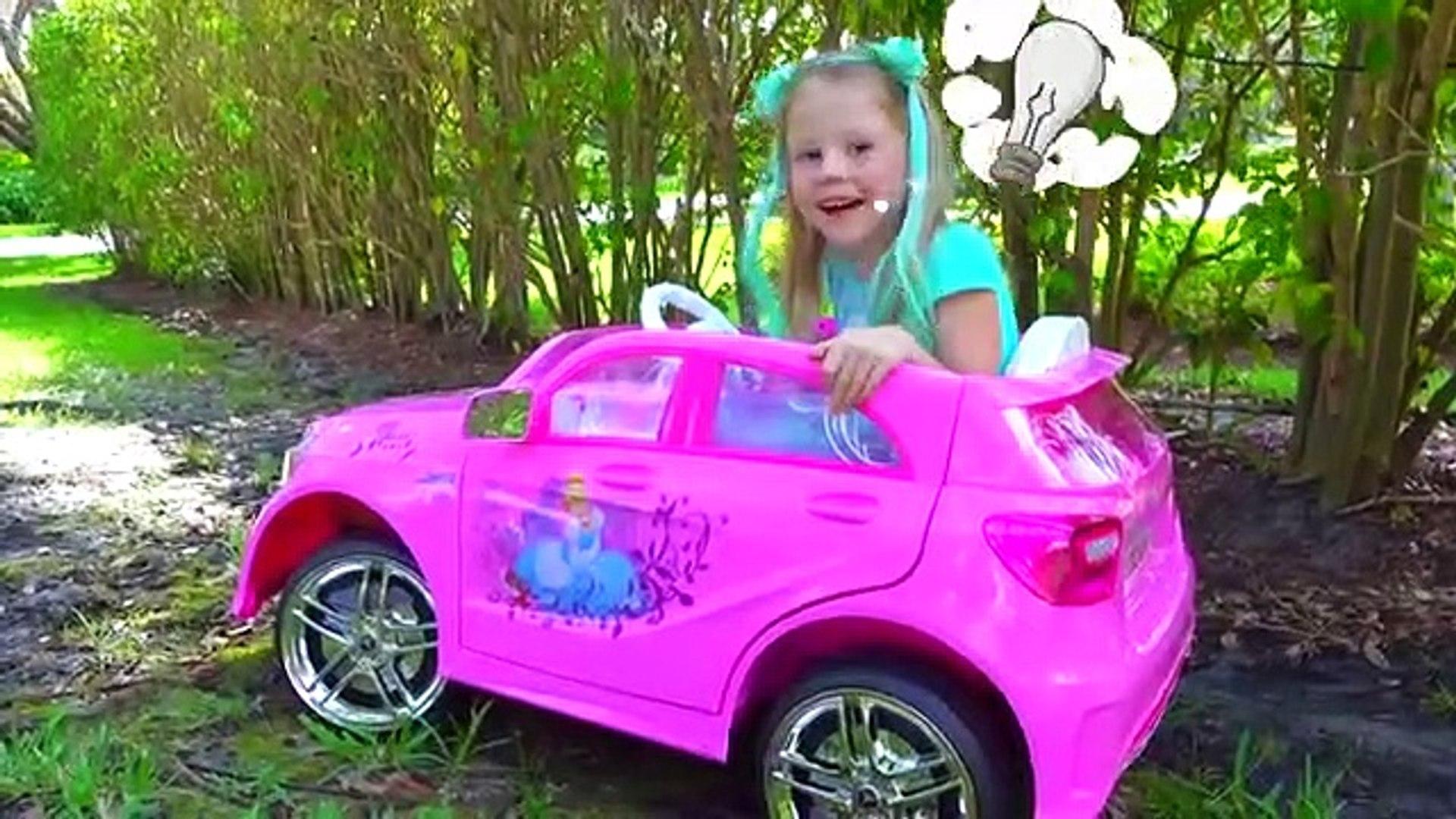 Настя и папа играют в мойку машин. Nasty playing Car Wash with Cleaning Toys